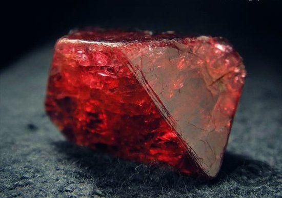 Красная шпинель: описание и свойства камня, фото, история