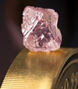 Кому подходит розовый алмаз по знаку зодиака