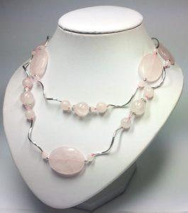 Как и с чем носить бусы из розового кварца