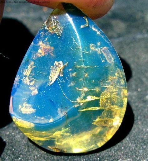 Доминиканский янтарь голубого цвета
